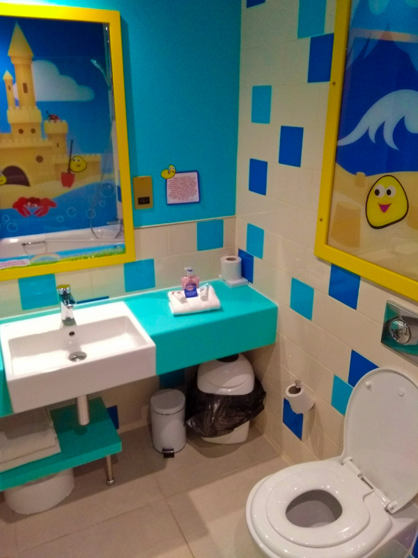 Cbeebies Land Hotel Bugbies Room - Bathroom Alton Towers Resort
